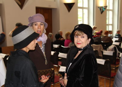 Die Frauen diskutieren wichtige Themen am Kongress.